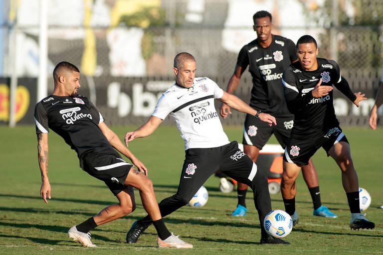 Técnico Sylvinho participa de treino do Corinthians junto com o técnico