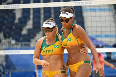 Brazil's Rebecca Silva (L) walks with partner Ana Patricia Silva Ramos in their women's preliminary beach volleyball pool D match between Brazil and Kenya during the Tokyo 2020 Olympic Games at Shiokaze Park in Tokyo on July 26, 2021. (Photo by Angela WEISS / AFP)