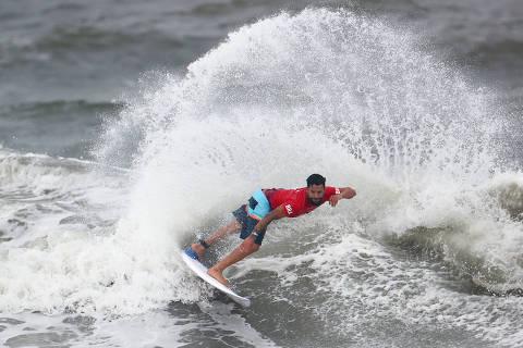 Tufão antecipa finais do surfe nas Olimpíadas, que podem ter Medina, Italo e Silvana