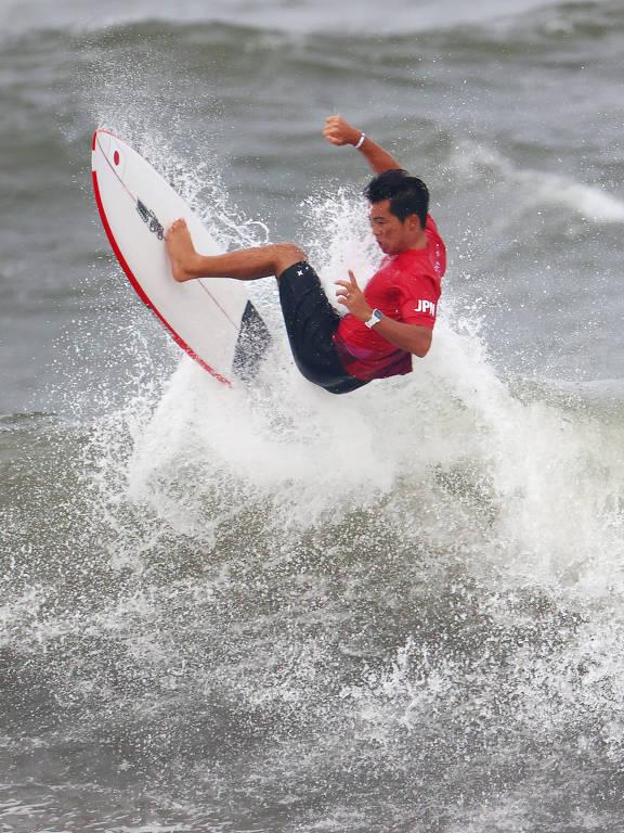 Surfistas que avançaram para as quartas de final nos jogos olímpicos de Tóquio