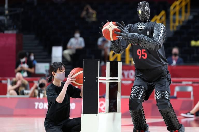 Robô jogador de basquete durante o intervalo da partida entre Estados Unidos e França