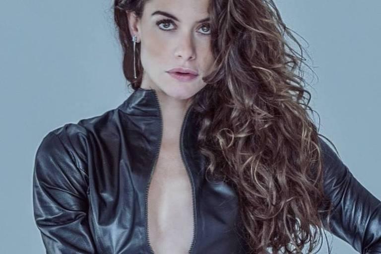 Alinne Moraes ousa e publica foto com seios à mostra