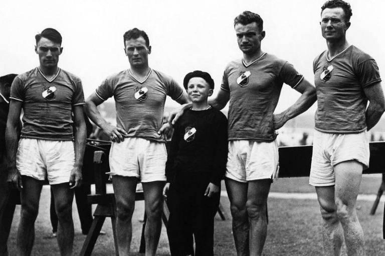 Em 1936, o francês Noël Vandernotte (centro) conquistou duas medalhas de bronze no remo aos 12 anos de idade. Naquela época, crianças eram colocadas nas equipes para deixar os barcos mais leves