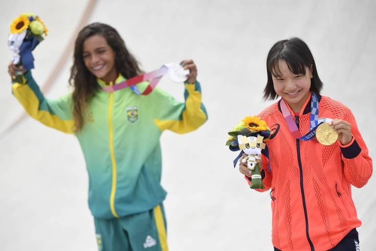 A japonesa Momiji Nishiya (ao lado de Rayssa Leal) se tornou a segunda mais jovem medalhista de ouro da história