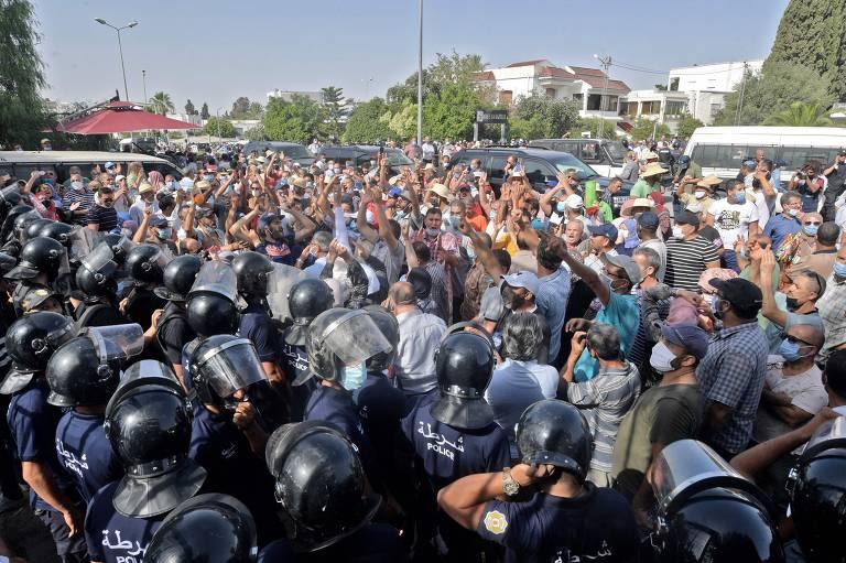 Militares e manifestantes vão às ruas após suspensão do Parlamento na Tunísia