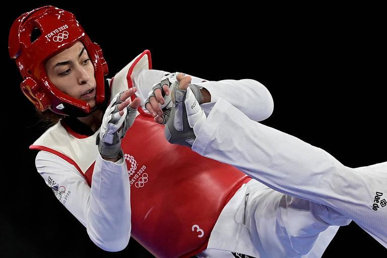 A atleta da time olímpico de refugiados Kimia Alizadeh durante disputa com a russa Tatiana Minina em Tóquio