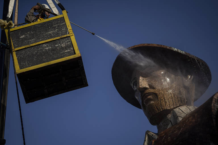 Após incêndio, estátua de Borba Gato 'toma banho'