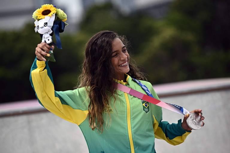 A brasileira Rayssa Leal, a Fadinha, ergue buquê de flores e a medalha de prata conquistada na categoria street