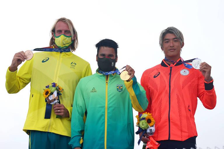 O brasileiro Italo Ferreira (ouro, ao centro), celebra ao lado do japonês Kanoa Igarashi (prata, à direita) e o australiano Owen Wright (bronze)
