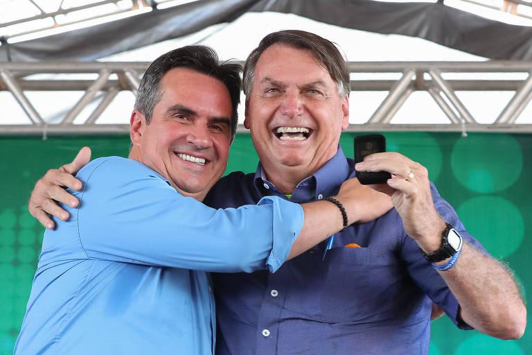 Lado a lado, Ciro Nogueira e Bolsonaro sorridentes e abraçados