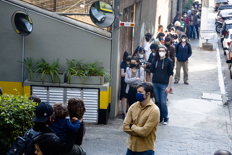 Início de vacinação de jovens de 29 anos conta com filas nos postos de saúde de São Paulo