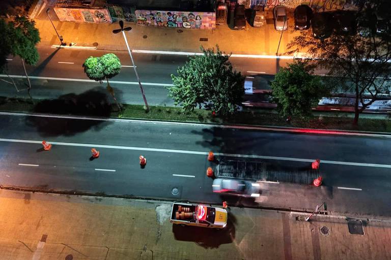 Prefeitura de São Paulo, gestão Ricardo Nunes (MDB), utiliza cones e sinalização para desviar trânsito para evitar grade barulhenta na avenida Nove de Julho (região central da capital paulista)