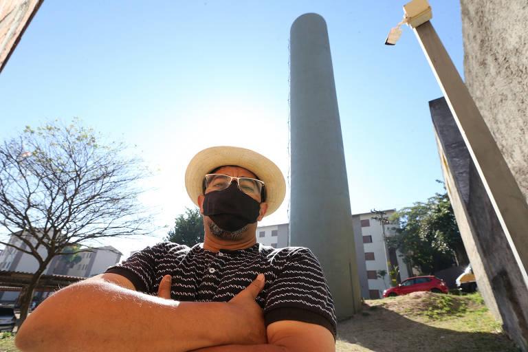 Celso Miranda, o Carioca, 57 anos, diz que a caixa d'água que abastece mais de 170 famílias em um conjunto habitacional da CDHU em Ermelino Matarazzo, na zona leste de São Paulo, está com rachaduras e vazando água