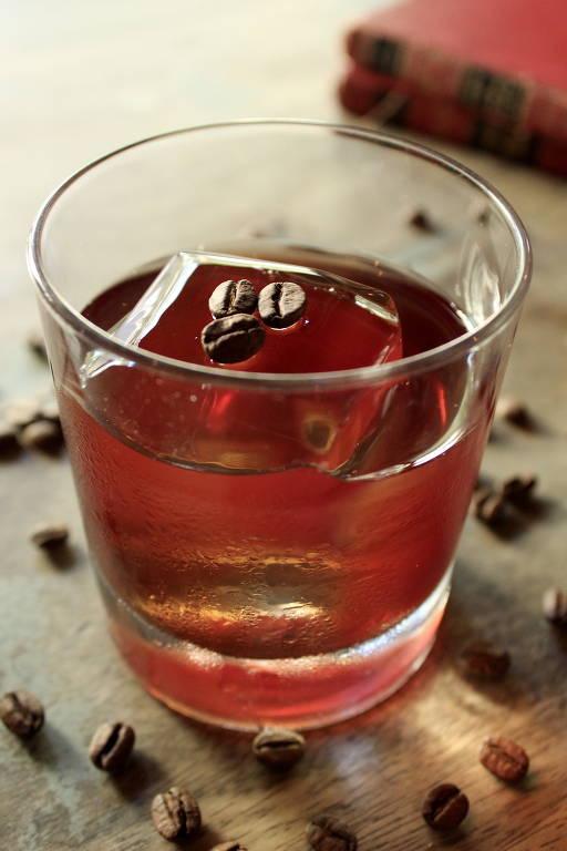 Boulevardier Café, do Negroni, leva bourbon, que é infusionado em grãos de café por 12 horas, e vermute tinto