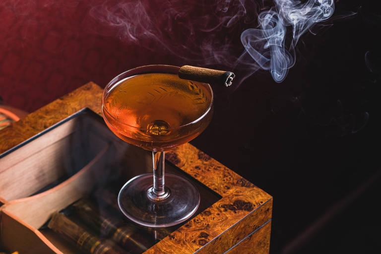 Dummont, drinque do Belle Époque, feito com cachaça envelhecida em ipê, vermute tinto, licor de mel e peychaud bitter envelhecido