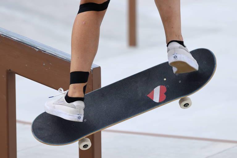 Atleta Julia Brueckler da Áustria faz manobra em corrimão nas eliminatórias da Olimpíada de Tóquio-2021