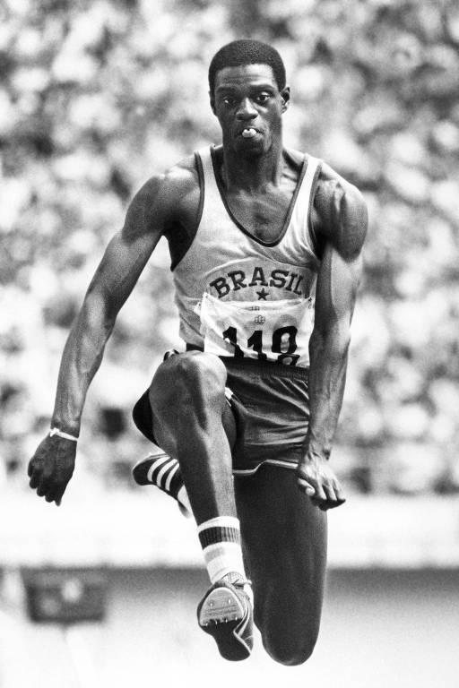 João do Pulo salta para conquistar a medalha de bronze no salto triplo dos Jogos de Montréal-76; o ouro foi para o soviético Viktor Saneyev, que se tornou tricampeão olímpico na mesma prova no Canadá