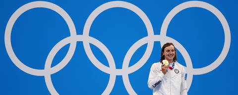 Tokyo 2020 Olympics - Swimming - Women's 1500m Freestyle - Medal Ceremony - Tokyo Aquatics Centre - Tokyo, Japan - July 28, 2021. Kathleen Ledecky of the United States poses on the podium with the gold medal REUTERS/Marko Djurica