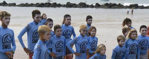 Baía Formosa: crianças e adolescentes do Projeto Swell aprendem, além do surfe, noções de inglês, francês, ioga e educação ambiental. Foto Colabora /  Arquivo Pessoal