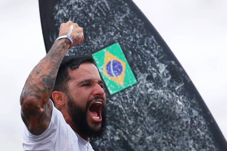 É falso que Italo Ferreira tenha pedido prisão de Lula nas Olimpíadas