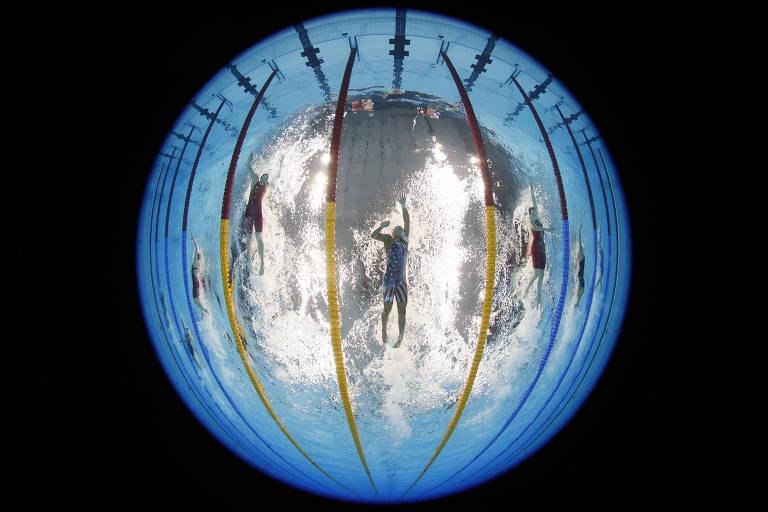 Atletas durante prova de natação feminina 200 metros livres