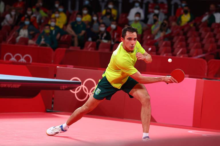 O brasileiro Hugo Calderano em ação contra o alemão Dimitrij Ovtcharov