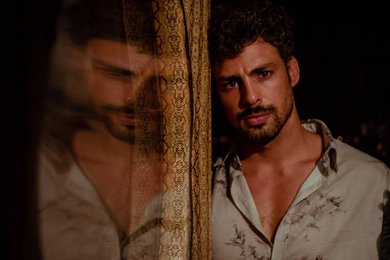 Cauã Reymond volta às telas como gay dono de cinema pornô, dom Pedro e gêmeos