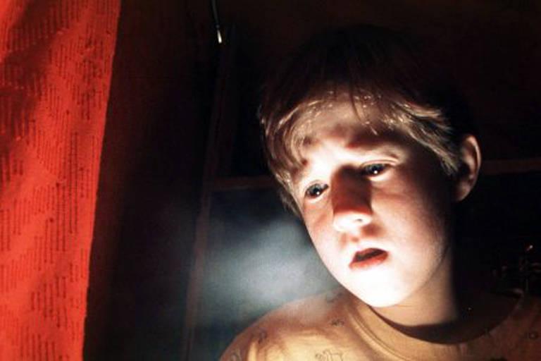 Haley Joel Osment como Cole Sear no filme 'O Sexto Sentido'