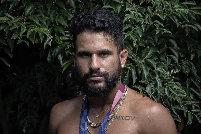 Italo Ferreira posa sem camisa com ouro no peito e arranca suspiros na internet