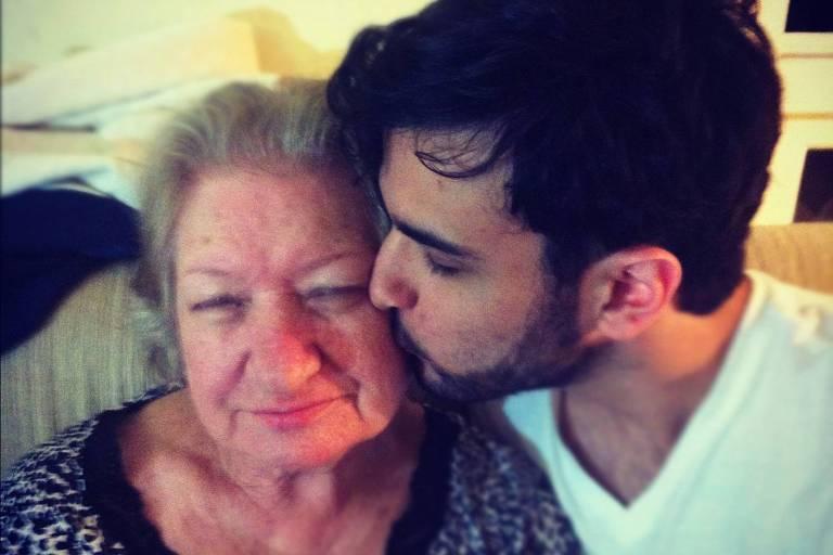 homem jovem beija a bochecha de sua avó