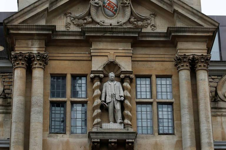 Estátuas de figuras controversas resistem no Reino Unido e na Bélgica