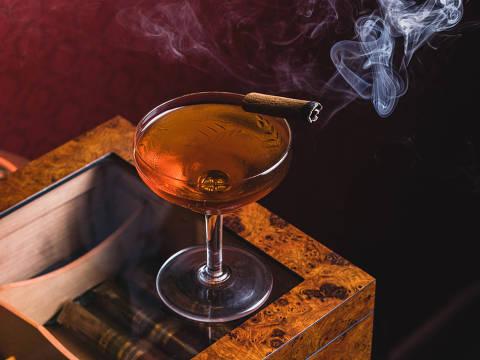 Dummont, drinque do bar Belle Époque, feito com cachaça envelhecida em ipê, vermute tinto, licor de mel e peychaud bitter envelhecido