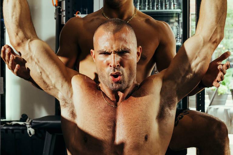 Um funcionário da Dogpound Gym levanta pesos na academia em Nova York