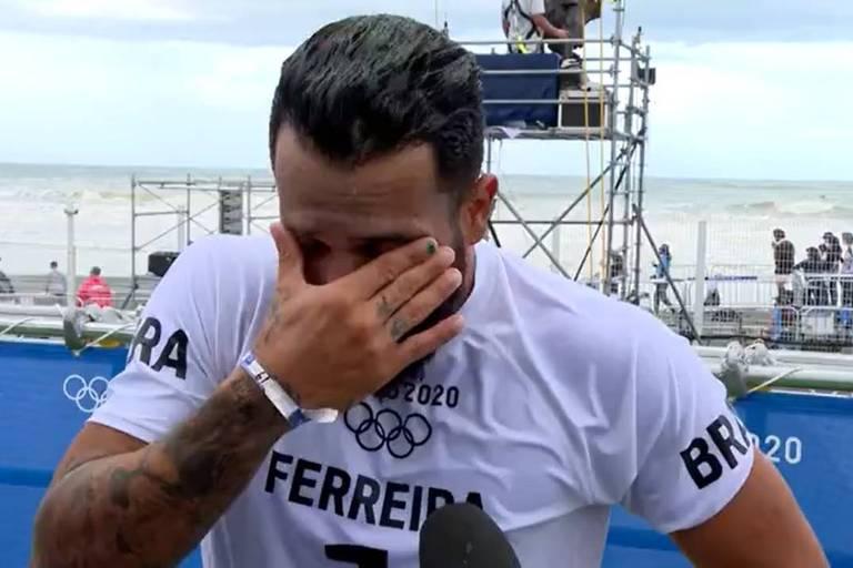 Italo Ferreira chora e emociona repórter