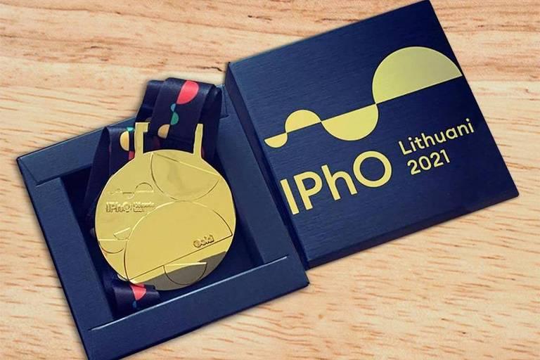 Medalha de ouro da edição de 2021 da Olimpíada Internacional de Física, organizada pela Lituânia
