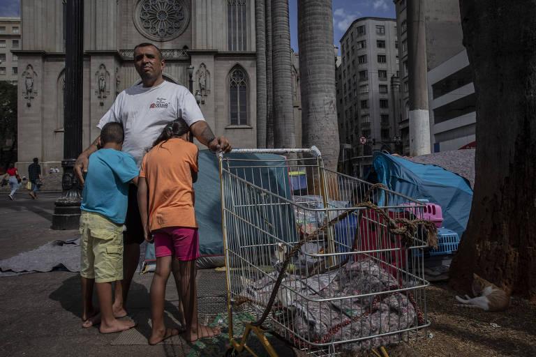 Everton José dos Santos perdeu o emprego e se mudou com a família para a praça da Sé