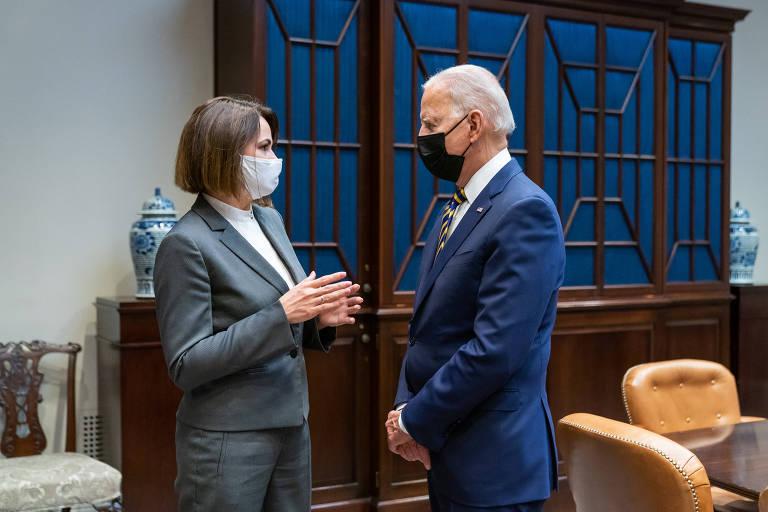 Tikhanovskaia e Joe Biden conversam usando máscaras