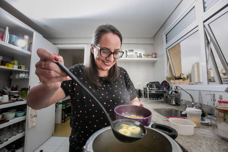 A jornalista Marcela Caetano mora sozinha e aprendeu a cozinhar durante a pandemia