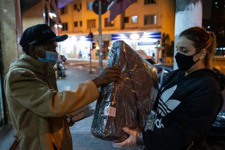 Voluntários do projeto Ruas Sem Fome faz distribuição de cobertores, marmitas e água mineral a quem vive em situação de rua, na região da Consolação e Paulista