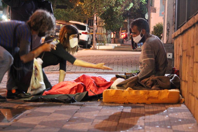Voluntários de três projetos em São Paulo fazem doações para população em situação de rua