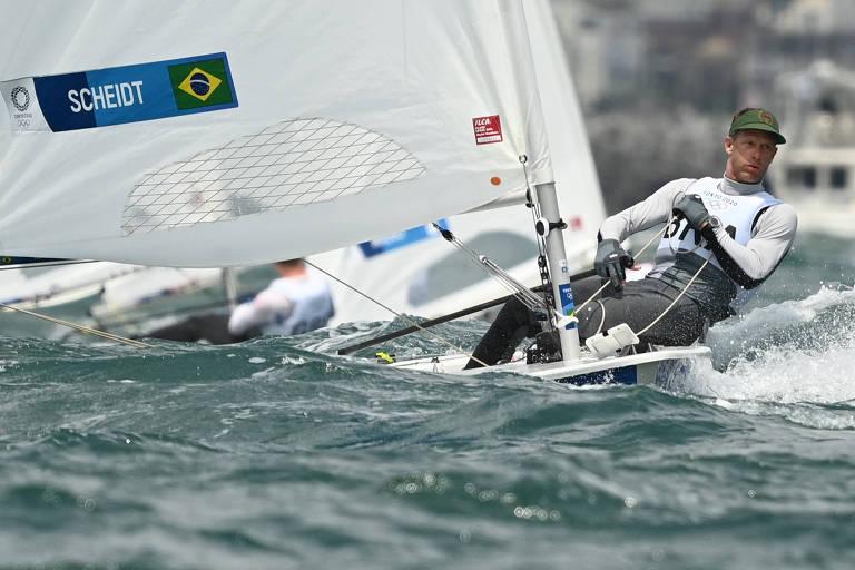 Robert Scheidt em ação na competição de laser dos Jogos de Tóquio; a regata da medalha é na madrugada deste domingo (1º)
