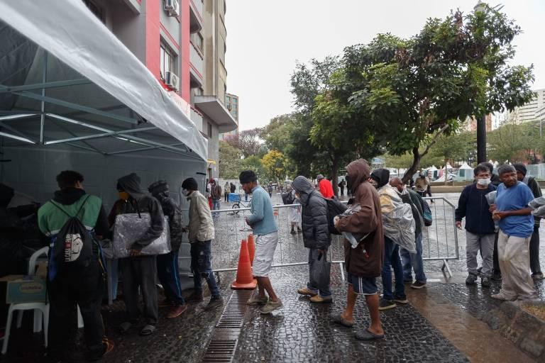 Paulistano encara a noite fria para fazer doações a quem dorme nas ruas