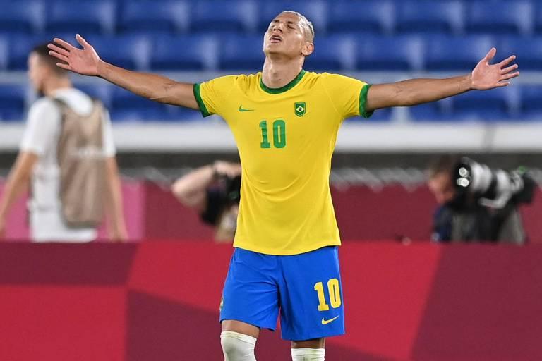 Richarlison comemora um gol  nas Olimpíadas de Tóquio, da qual ele é o artilheiro com cinco gols