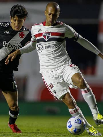 Miranda (à dir.) em disputa de jogo durante partida entre São Paulo e Vasco pela Copa do Brasil