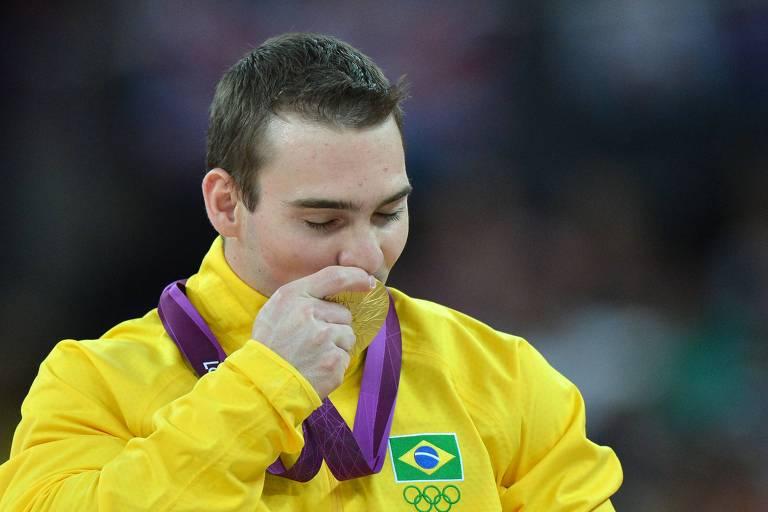 Arthur Zanetti beija a medalha de ouro conquistada nas argolas nos Jogos de Londres, em 2012