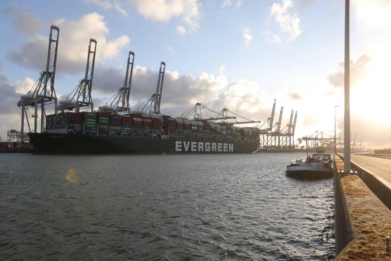 Navio atraca em porto