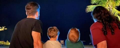Ju Amaral em foto ao lado dos sobrinhos, Romeu e Gael, e de Thales Bretas