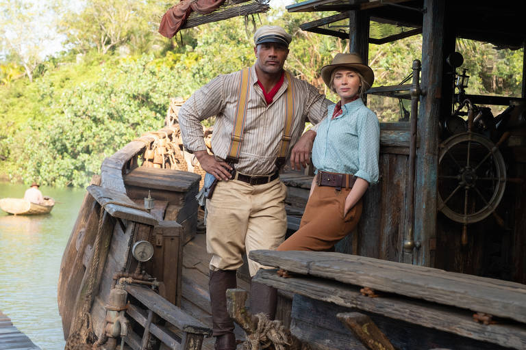 """Dwayne Johnson e Emily Blunt em cena do filme """"Jungle Cruise"""", de Jaume Collet-Serra"""