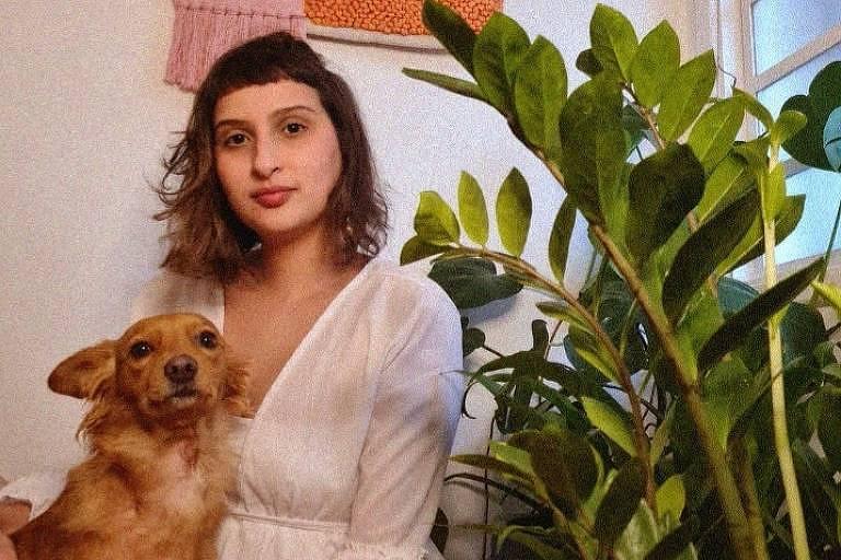 Déborah Moreno Rodrigues com sua cachorrinha, a Benedita