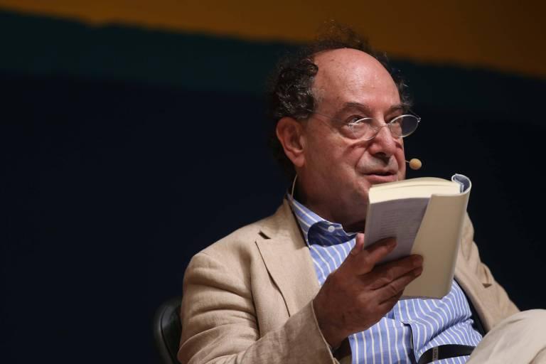 Homem lendo livro em palco